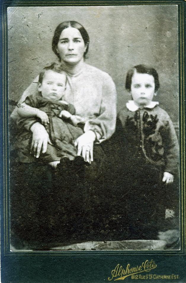 Joséphine Cantin, épouse d'Antoine Laneuville, avec ses deux fils, Napoléon sur ses genoux, et Joseph, mon arrière-grand-père.